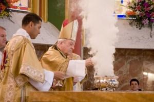 Incenso altar dedicação igreja Arautos Cardeal Franc Rodé